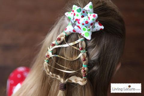 Roztomilý dívčí účes ve tvaru vánočního stromečku, který o Štědrém dnu rozzáří očka každé holčiičky.