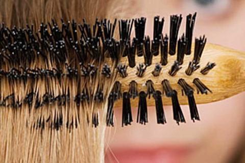 navod-jak-vycistit-kartac-na-vlasy